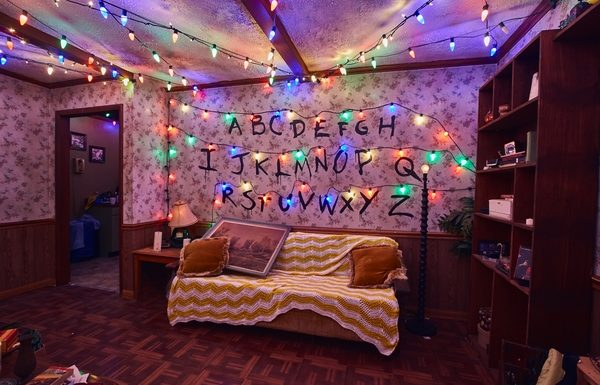 Watch the Cast of Stranger Things Face the Show's Themed Maze at Halloween Horror Nights