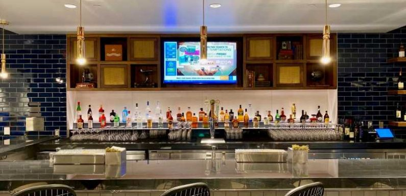 Which U.S. airport lounges are currently open?