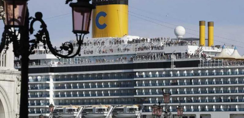 Big cruise ships banned from entering central Venice